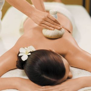 Thaise Deep Herbal Massage met olie en warme kruidenstempel